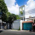 """<p class=""""Normal""""> Nhà ống dài 40 m, rộng 3,8m là nơi sinh sống của một gia đình 3 thế hệ với nhiều độ tuổi, lối sống và sở thích khác nhau. Yêu cầu thiết kế là có không gian cá nhân cho mỗi thành viên. Tuy nhiên, cần có một số khu vực chung mở, giống như trong các ngôi nhà truyền thống của Việt Nam. Chúng sẽ tạo ra mối liên kết giữa các thế hệ.</p>"""