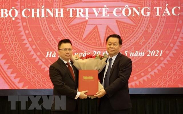 Trưởng Ban Tuyên giáo Trung ương Nguyễn Trọng Nghĩa trao Quyết định của Bộ Chính trị phân công đồng chí Lê Quốc Minh giữ chức vụ Tổng Biên tập báo Nhân dân