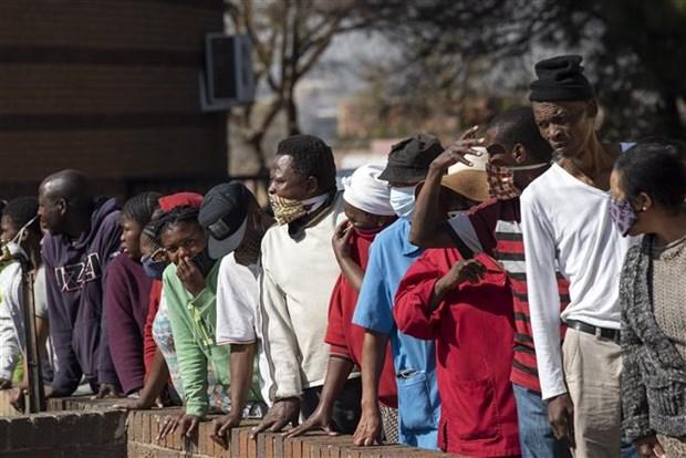 Người dân xếp hàng chờ nhận thực phẩm và hàng hóa cứu trợ tại Johannesburg, Nam Phi, ngày 5/6/2020 trong bối cảnh dịch COVID-19 lan rộng. (Ảnh: THX/TTXVN)
