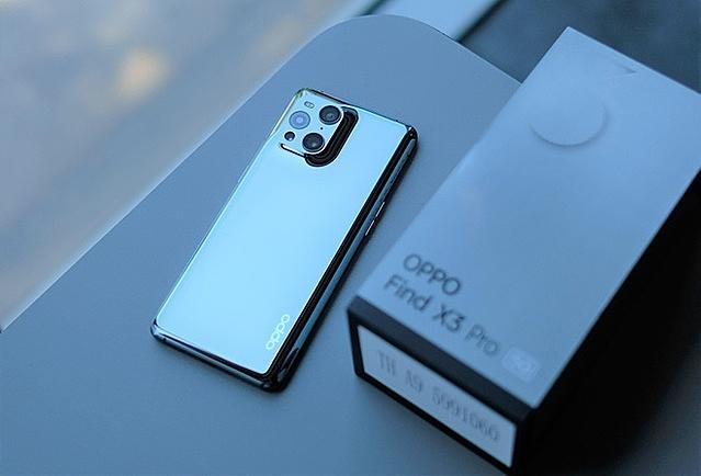 Mặt lưng với cụm 4 camera sau của Find X3 Pro.