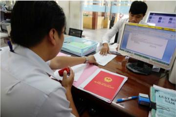 TP HCM: Ký cấp sổ hồng cho người dân trong vòng 24 giờ