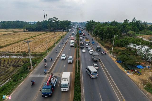 Quốc lộ 22 kết nối Hóc Môn, Củ Chi với khu vực trung tâm đang tiếp tục được mở rộng. Ảnh: Quỳnh Danh.