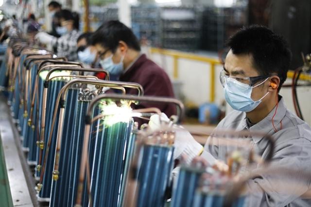 Công nhân nhà máy điều hòa TCL tại thành phố Jiujang được yêu cầu phải mang khăn riêng để lau khô tay sau khi rửa xà phòng, theo một thông báo online. Ảnh: Getty.