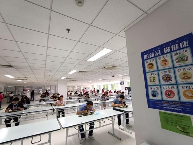 Công nhân ăn trưa tại Renesas Semiconductor. Ảnh: Think China.