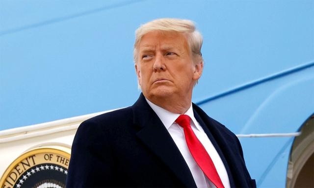 Cựu tổng thống Mỹ Donald Trump chuẩn bị lên chuyên cơ Không lực Một tại sân bay Valley ở bang Texas ngày 12/1. Ảnh: Reuters.