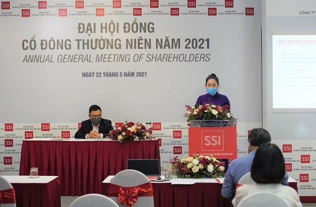 Ông Nguyễn Duy Hưng, Chủ tịch HĐQT và bà Nguyễn Thanh Hà, Giám đốc Tài chính Chứng khoán SSI tại đại hội thường niên 2021