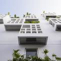 <p> Ngôi nhà cao 5 tầng và bao gồm 7 phòng, trong đó có 2 phòng thông tầng với sân riêng. 7 phòng này ôm trọn 2 khoảng trống bên trong với một số ban công hướng ra bên ngoài.</p>