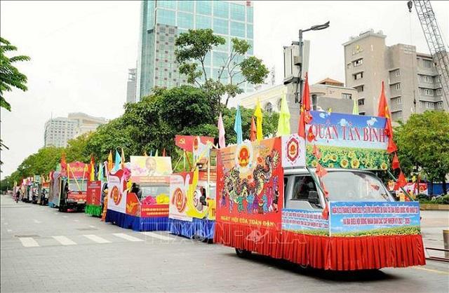 Sở Văn hóa và Thể thao Thành phố Hồ Chí Minh tổ chức diễu hành xe hoa tuyên truyền lưu động về cuộc bầu cử trên một số tuyến đường chính của Thành phố, sáng 22/5. Ảnh: Xuân Khu/TTXVN