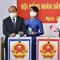 <p> 7h10, Chủ tịch nước Nguyễn Xuân Phúc và phu nhân là bà Trần Nguyệt Thu là những người đầu tiên bỏ lá phiếu vào thùng phiếu tại khu vực bỏ phiếu số 41. Ảnh: <em>Duy Anh.</em></p>