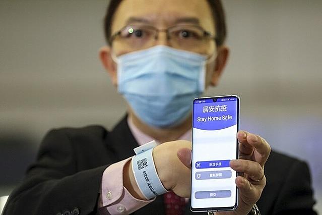 Mẫu vòng tay điện tử kết nối với smartphone, hỗ trợ kiểm soát người cách ly được Hong Kong áp dụng từ tháng 3/2021. Ảnh: SCMP.
