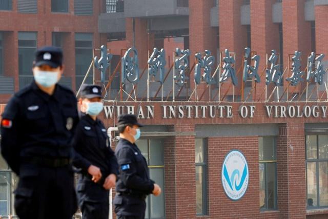 Nhân viên an ninh canh gác ngoài Viện Virus học Vũ Hán trong chuyến đi điều tra nguồn gốc Covid-19 vào tháng 2 của nhóm công tác Tổ chức Y tế Thế giới. Ảnh: Reuters.