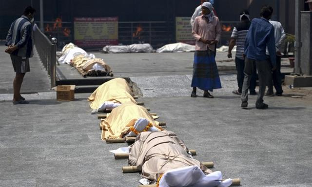Thi thể nạn nhân Covid-19 xếp bên ngoài một nhà hỏa táng ở New Delhi hồi cuối tháng 4. Ảnh: AFP.
