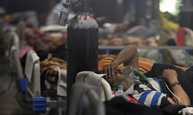 Bệnh nhân Covid-19 được điều trị tại một bệnh viện dã chiến ở New Delhi, Ấn Độ hôm 29/4. Ảnh: AFP.