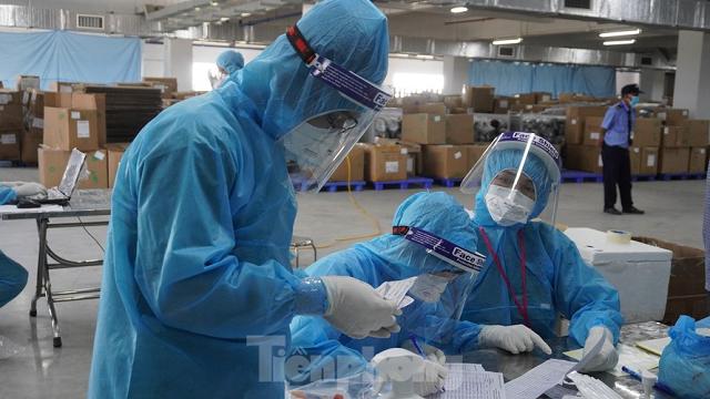 Nhân viên y tế lấy mẫu xét nghiệm cho công nhân ở Bắc Giang.
