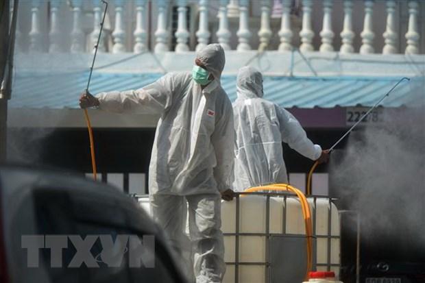 Phun thuốc khử trùng nhằm ngăn chặn sự lây lan của COVID-19 tại Bangkok, Thái Lan. (Ảnh: THX/TTXVN)