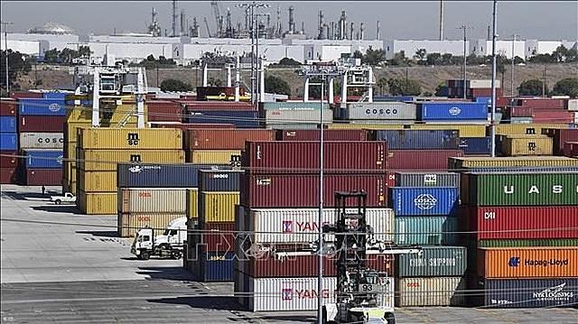 Hàng hóa được xếp tại cảng ở Los Angeles, bang California, Mỹ. Ảnh: AFP/TTXVN