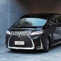 """<p class=""""Normal""""> <strong>Lexus LM350</strong></p> <p class=""""Normal""""> Hãng xe sang Nhật Bản lần đầu giới thiệu tại Việt Nam LM350, mẫu MPV hạng sang phát triển dựa trên Toyota Alphard. Xe bán ra hai phiên bản cấu hình 7 và 4 chỗ, giá lần lượt 6,8 tỷ và 8,2 tỷ đồng.</p> <p class=""""Normal""""> Lexus LM350 tập trung trải nghiệm hưởng thụ cho hàng ghế sau với nhiều tính năng. Bản 4 chỗ có hai ghế thương gia phía sau, tách biệt với khoang lái bằng vách ngăn tích hợp màn hình giải trí 26 inch. Bản 7 chỗ với cấu hình 2 ghế giữa, 2 ghế sau (3 chỗ). Cả hai bản đều có hệ thống lọc không khí Nano-e, chức năng lọc bụi phấn hoa, tự động thay đổi chế độ lấy gió.</p> <p class=""""Normal""""> Động cơ của LM350 loại V6 3.5 công suất 296 mã lực, mô-men xoắn cực đại 361 Nm. Hộp số tự động 8 cấp, dẫn động cầu trước. (Ảnh: Lexus)</p>"""