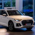 """<p class=""""Normal""""> <strong>Audi Q5 2021</strong></p> <p class=""""Normal""""> Nhập khẩu từ Mexico, Audi Q5 bản nâng cấp thay đổi nhẹ phom dáng, giá từ 2,4 tỷ đồng. Bên cạnh bản tiêu chuẩn, Q5 có thêm bản S line lắp lưới tản nhiệt kiểu tổ ong thể thao, ốp crôm bao quanh ống xả và vành 19 inch 5 chấu chữ V.</p> <p class=""""Normal""""> Cách sắp xếp khoang lái trên Q5 2021 quen thuộc như bản cũ nhưng chất liệu sử dụng hiện đại và sang trọng hơn. Phía sau vô-lăng là màn hình kỹ thuật số 12,3 inch mới. Ghế lái chỉnh điện và thêm chức năng nhớ vị trí.</p> <p class=""""Normal""""> Động cơ sử dụng trên Audi Q5 loại 2.0 I4 công suất 245 mã lực. Động cơ tích hợp công nghệ mild-hybrid tiết kiệm nhiên liệu, kèm gói pin lithium-ion nhỏ cung cấp hệ thống điện 12V cho xe. Hộp số S-tronic 7 cấp, dẫn động 4 bánh. (Ảnh: Audi)</p>"""