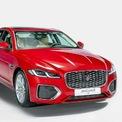 """<p class=""""Normal""""> <strong><span>Bộ đôi Jaguar XF và F-Pace</span></strong></p> <p class=""""Normal""""> Jaguar XF mới nâng cấp phom dáng với đèn pha, lưới tản nhiệt mới, đuôi xe được tinh chỉnh lại. Nội thất thay đổi nhiều hơn khi đồng hồ tốc độ phía sau vô-lăng dạng kỹ thuật số mới, mành hình giải trí lớn hơn. Khoang lái hiện đại hơn hẳn bản cũ.</p> <p class=""""Normal""""> Xe trang bị động cơ I4 2.0 với hai mức hiệu suất. Đầu tiên là công suất 247 mã lực và mô-men xoắn 365 Nm, hộp số tự động 8 cấp và dẫn động cầu sau. Còn lại là công suất 296 mã lực, mô-men xoắn 400 Nm, hộp số tự động 8 cấp và dẫn động bốn bánh. XF bản tiêu chuẩn giá khởi điểm 3,119 tỷ đồng, bản nâng cao là 3,499 tỷ, cạnh tranh các đối thủ như Mercedes E-class, BMW Series 5. (Ảnh:<em>Jaguar</em>)</p>"""