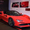 """<p> Ferrari SF90 Stradale là siêu xe hybrid sản xuất hàng loạt đầu tiên của hãng Italy. Mạnh 1.000 mã lực, SF90 Stradale đứng đầu về hiệu suất trong dải sản phẩm của hãng """"siêu ngựa"""". Động cơ của xe loại máy xăng V8 4.0 tăng áp kép, công suất 780 mã lực kết hợp cùng 3 motor điện. (Ảnh:<em>Ferrari</em>)</p>"""