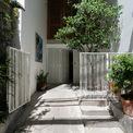 <p> Đó là ngôi nhà cổ trong một con hẻm tại quận 3, TP HCM. Phần đất dài mang tính đặc trưng cho các đô thị Việt Nam, ngôi nhà là nơi sinh ra của các thành viên trong gia đình.</p>