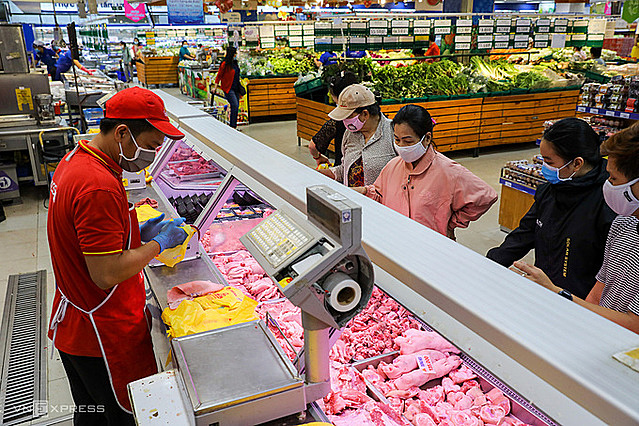 Người dân mua thịt tại Coopmart quận 9, TP HCM. Ảnh: Quỳnh Trần.