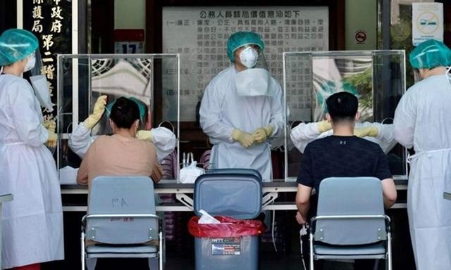 Nhân viên y tế lấy mẫu xét nghiệm Covid-19 cho người dân ở Đài Bắc, Đài Loan hôm 21/5. Ảnh: AFP.