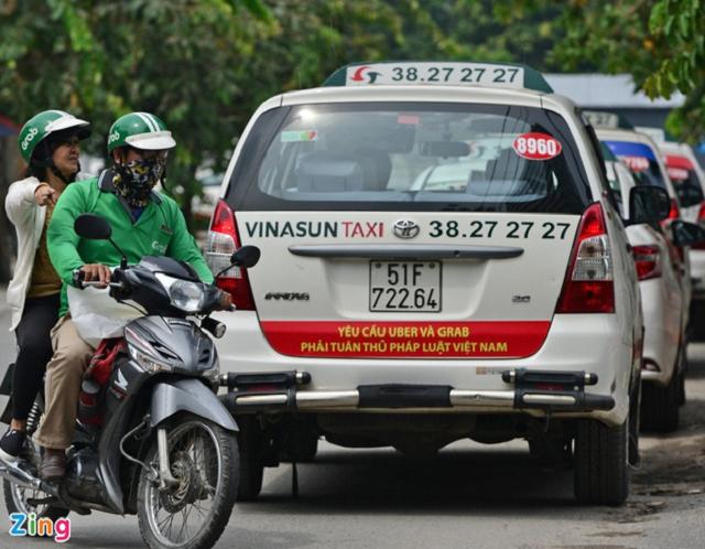 Hiệp hội taxi Hà Nội, Đà Nẵng và TP HCM kiến nghị được ngừng đóng bảo hiểm xã hội đến hết năm nay. Ảnh: Zing.