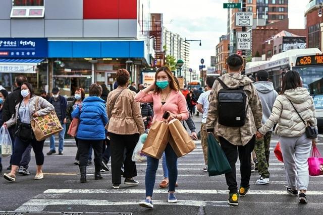 Đường phố nhộn nhịp tại Queens, New York vào nửa đầu tháng 5/2021. Ảnh: NYT.