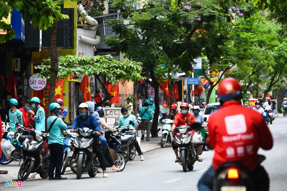 Shipper chen lấn ngày đầu Hà Nội chỉ cho phép bán đồ ăn mang về
