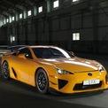 """<p class=""""Normal""""> <strong>Lexus LFA</strong></p> <p class=""""Normal""""> Giống như Carrera GT, Lexus LFA cũng được trang bị động cơ V10 hút khí tự nhiên của riêng mình. Nó tạo ra 553 mã lực được phân phối đầy đủ ở 8.700 vòng/phút. Một phần trong quyết định phát triển động cơ V10 của Yamaha cho LFA là sẽ có vòng tua máy cao hơn động cơ V8 và có khối lượng chuyển động qua lại thấp hơn động cơ V12.</p> <p class=""""Normal""""> Sản phẩm cuối cùng cũng có trọng lượng nhẹ hơn động cơ V6 tiêu chuẩn mà Lexus đang sản xuất vào thời điểm đó. Ngoài ra, V10 của LFA đã được phát triển với tính năng kiểm soát độ rung.</p>"""