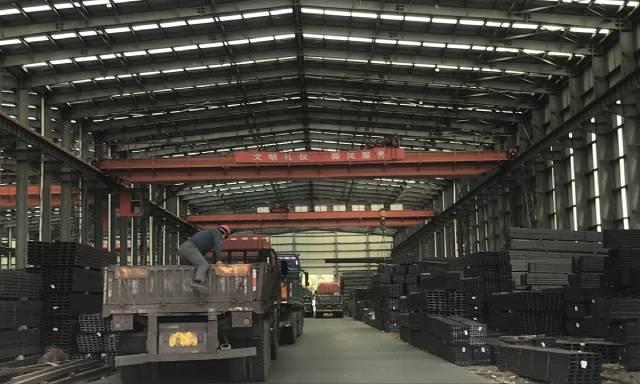 Giá thép ở Trung Quốc giảm mạnh, người kinh doanh bán tháo, lỗ nặng