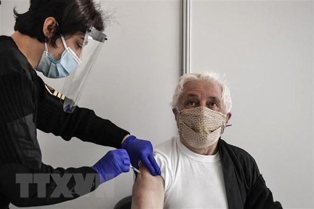 Nhân viên y tế tiêm vaccine ngừa COVID-19 của Moderna cho người dân tại Athens, Hy Lạp. (Ảnh: AFP/TTXVN)