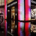 """<p class=""""Normal""""> <strong>Phần lớn tài sản của Arnault đến từ cổ phần tại LVMH</strong></p> <p class=""""Normal""""> Theo <em>Forbes</em>, tài sản của tỷ phú này chủ yếu đến từ 47% cổ phần ông nắm giữ tại LVMH - tập đoàn với hàng loạt thương hiệu """"khủng"""" trong lĩnh vực hàng xa xỉ, từ Louis Vuitton tới Fendi. Ngoài ra, ông còn nắm cổ phần 2% trong hãng đồ hiệu Hermes, cổ phần 6% trong hãng bán lẻ Pháp Carrefour và khoảng 1 tỷ USD tiền mặt và các khoản đầu tư khác. (Ảnh: <em>Bloomberg</em>)</p>"""