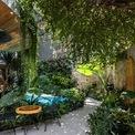 <p> Từ cổng vào, các kiến trúc sư đã thiết kế một lối đi ngắn uốn cong dẫn vào bên trong nhằm tạo cho khách hàng cảm giác dạo chơi giữa các loại cây, nước và ánh sáng trước khi đến sảnh và di chuyển vào phòng riêng của mình.</p>