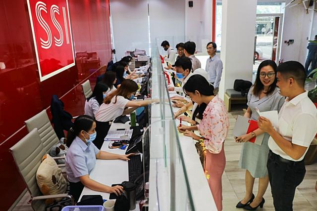 Nhà đầu tư mở tài khoản tại SSI. Ảnh: Phương Đông