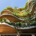 <p> Diện mạo của tòa nhà cũng như mặt tiền được tạo nên từ những đường cong tự nhiên, được bao bọc bởi lớp cây xanh với nhiều loại cây nhiệt đới nhỏ, to thay đổi tùy theo vị trí. Do đó, hệ thống ban công ở mỗi tầng không giống nhau. Các khoảng trống giữa ban công tầng này được ưu tiên trồng các loại cây cao, mang lại không khí trong lành cho các căn hộ.</p>