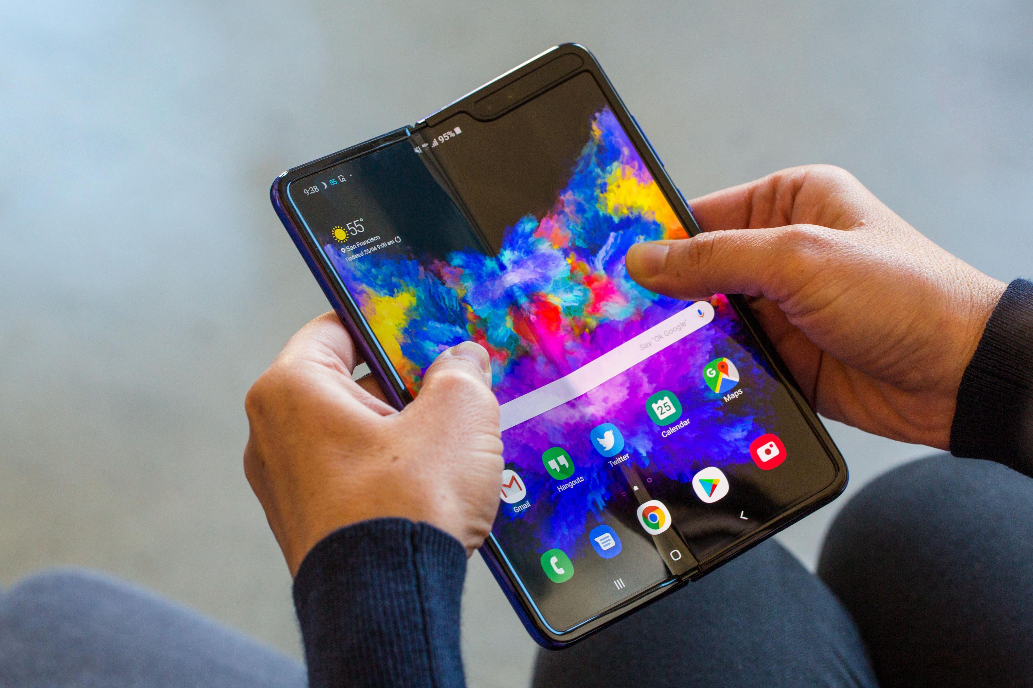 Ba smartphone màn hình gập đọ cấu hình