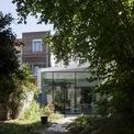 <p> Công trình nép mình sau những lùm cây rậm rạp quanh năm. Sắc xanh của cây lá phản chiếu qua lớp cửa kính tạo ra cảm giác bình yên, trong lành, thoáng đãng.</p>