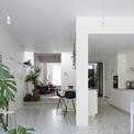 <p> Đảo bếp chia khu bếp thành 2 phần, một phần là khu nấu nướng, phần còn lại là lối ra vào nhà.</p>