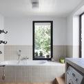 <p> Nhờ lợi thế về không gian, ngôi nhà được bố trí nhiều cửa sổ, do đó, các căn phòng đều đón được ánh sáng mặt trời, kể cả phòng tắm.</p>