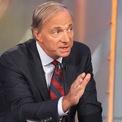 """<p class=""""Normal""""> <strong>Ray Dalio</strong></p> <p class=""""Normal""""> Tài sản: 20,3 tỷ USD</p> <p class=""""Normal""""> Ray Dalio nhận bằng thạc sĩ quản trị kinh doanh năm 1974. Ông là người sáng lập quỹ phòng hộ lớn nhất thế giới, Bridgewater Associates, quản lý khoảng 150 tỷ USD. (Ảnh: <em>CNBC</em>)</p>"""