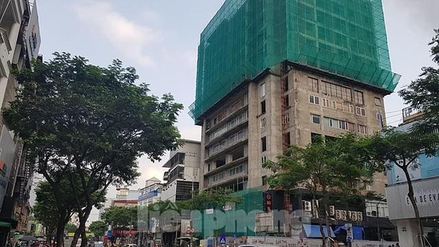 Công trình Khu dịch vụ, văn phòng và nhà ở kinh doanh số 131 Thái Hà (quận Đống Đa) do Công ty TNHH Kinh doanh tổng hợp Huy Hùng làm chủ đầu tư được xây dựng hơn chục năm nay nhưng đến nay vẫn không được hoàn thiện để đưa vào sử dụng.
