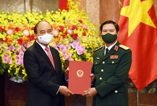 Chủ tịch nước Nguyễn Xuân Phúc trao Quyết định bổ nhiệm chức vụ Tổng Tham mưu trưởng Quân đội nhân dân Việt Nam cho Thượng tướng Nguyễn Tân Cương.