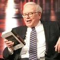 """<p class=""""Normal""""> <strong>10.<span> </span>Dành 80% thời gian trong ngày đọc sách</strong></p> <p class=""""Normal""""> Ngay từ khi thức giấc, Buffett đã đọc báo và thực tế ông từng ước lượng rằng 80% thời gian trong ngày được ông dành cho việc đọc. Khi được hỏi về chìa khóa thành công, """"nhà hiền triết xứ Omaha"""" chỉ tay vào một chồng sách và nói, """"Hãy đọc 500 trang như thế này mỗi ngày. Đó là cách tri thức vận động. Chúng tích lũy, như thể lãi suất kép vậy"""". (Ảnh: <em>Getty Images</em>)</p>"""