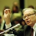"""<p class=""""Normal""""> <strong>3.<span> </span>Từng bị Harvard từ chối</strong></p> <p class=""""Normal""""> Sau khi tốt nghiệp Đại học Nebraska, Buffett đã nộp đơn vào Trường Kinh doanh Harvard (HBS). Tuy nhiên, trong một buổi phỏng vấn ngắn có tính chất quyết định việc được nhận vào HBS hay không, một người đã nói với Warren Buffett: """"Quên nó đi. Anh sẽ không được nhận vào Harvard đâu"""".</p> <p class=""""Normal""""> Nhớ lại chuyện cũ, Buffett coi việc bị Harvard từ chối là một giai đoạn then chốt trong cuộc đời mình. Khi tìm kiếm sự lựa chọn thay thế, Buffett đã khám phá ra thần tượng của ông là Benjamin Graham đang dạy ở Trường Kinh doanh Columbia.</p> <p class=""""Normal""""> Nhờ người thầy này, Buffett đã học được những nguyên tắc cốt lõi trong việc đầu tư và được thế giới công nhận là một trong những nhà đầu tư xuất sắc nhất mọi thời đại.(Ảnh: <em>Marcy Nighswander/AP</em>)</p>"""