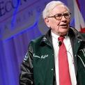 """<p class=""""Normal""""> <strong>5.<span> </span>Ăn uống như một đứa trẻ 6 tuổi</strong></p> <p class=""""Normal""""> Bí quyết để trẻ lâu của Buffett là gì? Câu trả lời là Coca-Cola và kem.</p> <p class=""""Normal""""> Trong một cuộc phỏng vấn với <em>Fortune</em>, Buffett nói rằng, """"Nếu tôi tiêu thụ 2.700 calo mỗi ngày, một phần tư sẽ đến từ Coca-Cola. Tôi uống nó mỗi ngày"""". Chủ tịch Berkshire cũng thường ăn bữa sáng có giá khoảng 3 USD tại McDonald's và yêu thích món kem Dairy Queen.</p> <p class=""""Normal""""> Khi được hỏi làm thế nào ông ấy có thể giữ được sức khỏe với chế độ ăn nhiều đường và muối như vậy, Buffett trả lời """"Tôi đã kiểm tra bảng tính toán và tỷ lệ tử vong thấp nhất là ở trẻ 6 tuổi. Vì vậy, tôi quyết định ăn như một đứa trẻ 6 tuổi"""".(Ảnh: <em>Kristoffer Tripplaar/Alamy</em>)</p>"""
