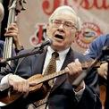 """<p class=""""Normal""""> <strong>9.<span> </span>Chơi ukulele</strong></p> <p class=""""Normal""""> Khi 18 tuổi, Warren Buffett """"cảm nắng"""" một cô gái Omaha có tên Betty Gallager. Tuy nhiên, lúc đó cô gái này đã có bạn trai. Vì vậy, Buffett phải """"điên đầu"""" nghĩ cách làm một thứ mà bạn trai Betty không làm được và đó là chơi ukulele. Sau khi học được nhạc cụ này, Warren Buffett đã tiếp cận Betty nhưng kế hoạch của ông vẫn đổ bể.(Ảnh: <em>Nati Harnik/AP</em>)</p>"""