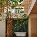 <p> Phòng tắm được đặt giữa nhà hướng ra phòng khách để người chồng có thể cùng con vui vẻ tắm lộ thiên, quan sát cây cối.</p>