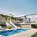 <p> Một hồ bơi nhỏ phía trước làm cho ngôi nhà trở nên hài hoà hơn về mặt thẩm mỹ, đồng thời đáp ứng được các nhu cầu nghỉ ngơi, thư giãn của gia chủ.</p>